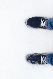 Espadrilles bleues sur la neige Un regard d'en haut Image libre de droits