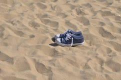 Espadrilles bleues sur la plage Photographie stock libre de droits