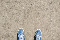 Espadrilles bleues sur le chemin de jardin Photo libre de droits