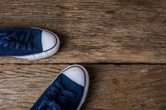 Espadrilles bleues sur le fond en bois avec l'espace de copie Photos stock