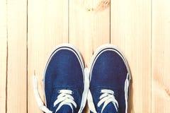 Espadrilles bleues sur le fond en bois avec l'espace de copie Vue supérieure Photos libres de droits