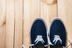 Espadrilles bleues sur le fond en bois avec l'espace de copie Vue supérieure Image stock
