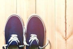 Espadrilles bleues sur le fond en bois avec l'espace de copie Vue supérieure Photographie stock libre de droits