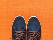 Espadrilles bleues sur le fond orange Images stock