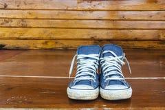 Espadrilles bleues sur le plancher en bois Image libre de droits