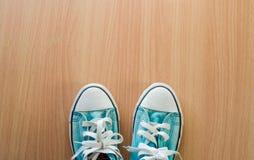 Espadrilles bleues sur le plancher en bois Photographie stock