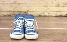 Espadrilles bleues sur le plancher en bois, vintage Photos libres de droits