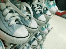 Espadrilles bleues sur les étagères Photo libre de droits