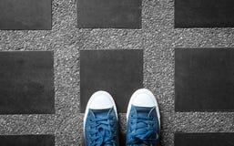 Espadrilles bleues sur noir et blanc Photos stock