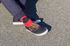 Espadrilles bleues utilisées avec les chaussettes rouges et bleues de plaid Photographie stock libre de droits
