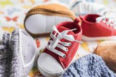 Espadrilles, bottes et butins de bébé Photographie stock libre de droits