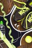 Espadrilles, boule, bouteille avec de l'eau et soutien-gorge de sports Photographie stock