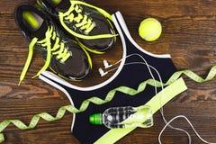 Espadrilles, boule et soutien-gorge verts de sports Photo stock