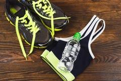 Espadrilles, bouteille et soutien-gorge verts de sports Images libres de droits