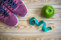 Espadrilles, centimètre et vue supérieure de pomme fraîche Sain et activ Images stock