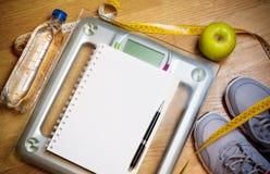 Espadrilles, centimètre, pomme verte, carnet, échelle, bouteille de l'eau Photo libre de droits