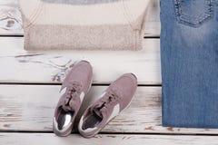 Espadrilles, chandail chaud et jeans Photos libres de droits