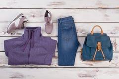 Espadrilles, chandail, jeans et sac à dos Photos libres de droits