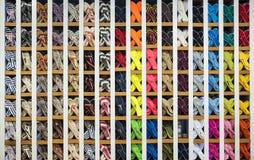 Espadrilles colorées à vendre dans une boutique Photos stock