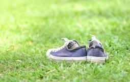 Espadrilles colorées dans l'herbe Images libres de droits