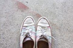 Espadrilles colorées sur le plancher de ciment Photographie stock