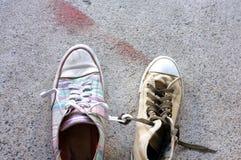 Espadrilles colorées sur le plancher de ciment Photo stock