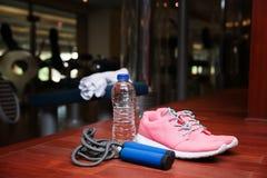 Espadrilles, corde de saut et bouteille de l'eau Photo stock