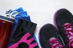 Espadrilles d'équipement de concept de forme physique, gants de séance d'entraînement, eau et t Image stock