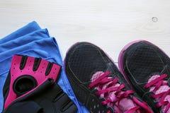 Espadrilles d'équipement de concept de forme physique, gants de séance d'entraînement et serviette Photos stock