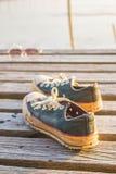 Espadrilles d'une paire sur en bois Photographie stock