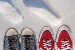 Espadrilles dans la neige, espadrilles lumineuses à la mode Photos stock