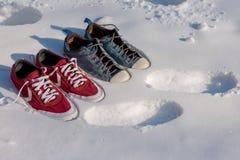 Espadrilles dans la neige, espadrilles lumineuses à la mode Photos libres de droits