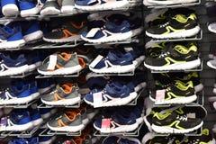 Espadrilles dans une boutique de sports en vente Photos libres de droits