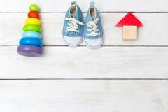 Espadrilles de bébé et jouets en bois Copiez l'espace Photographie stock