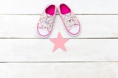 Espadrilles de bébé pour des filles dans des fleurons Copiez l'espace Photo libre de droits