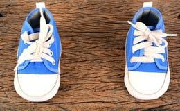Espadrilles de bébé sur le fond en bois Image stock
