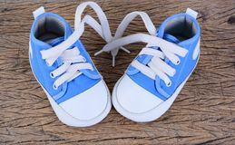 Espadrilles de bébé sur le fond en bois Image libre de droits
