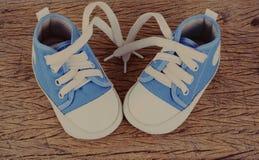 Espadrilles de bébé sur le fond en bois Photos stock