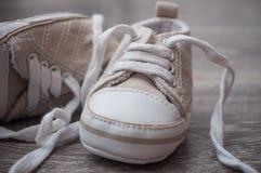 Espadrilles de bébé sur le plancher Image stock