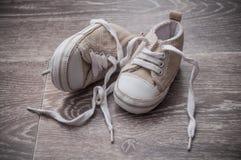 Espadrilles de bébé sur le plancher Photo libre de droits