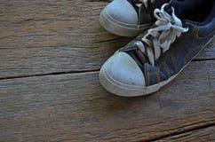 Espadrilles de blue-jean sur le plancher en bois Photographie stock libre de droits