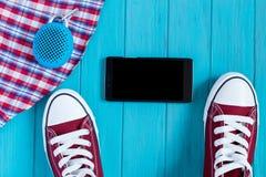 Espadrilles de Bourgogne, téléphone portable, haut-parleur portatif de bluetooth, checke Photo stock