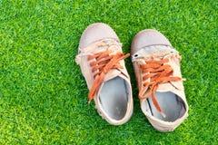 Espadrilles de Brown sur la pelouse Image stock