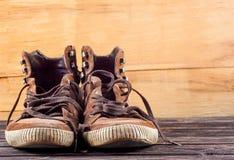 Espadrilles de Brown sur le bureau en bois Photo libre de droits
