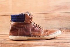 Espadrilles de Brown sur le bureau en bois Photo stock