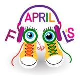 Espadrilles de chaussures d'entraîneurs dans des écouteurs avec le jour fou avril d'imbécile de yeux Images stock