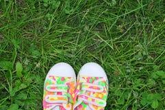 Espadrilles de chaussures de sports sur l'herbe verte fraîche Sport dans l'AI ouverte Photos stock
