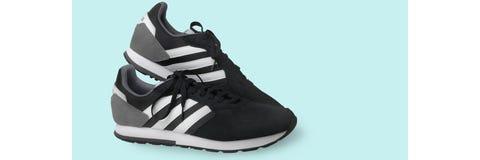 Espadrilles de chaussures de sports d'Adidas noires sur un fond blanc D'isolement samara Russie 2019-04-13 photos stock
