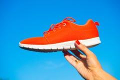 Espadrilles de chaussures de sports sur le fond de ciel bleu Image libre de droits