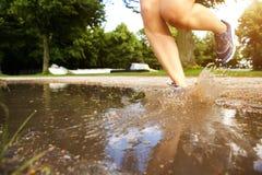 Espadrilles de coureur avec l'éclaboussure de boue Images libres de droits